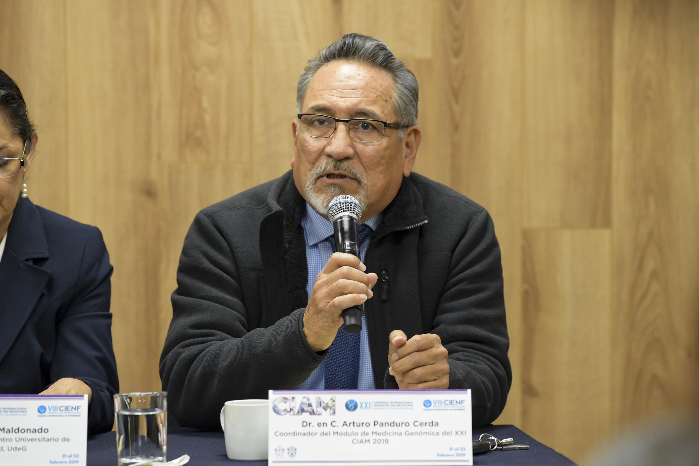Doctor Arturo Panduro Cerda, Coordinador del Módulo de Medicina Genómica del XXI Congreso Internacional Avances en Medicina, haciendo uso de la palabra durante rueda de prensa