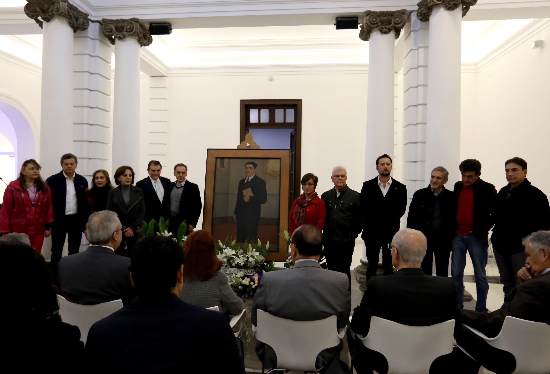 Vista frontal del momentop en que se hace la guardia de honor por el ex rector en su aniversario luctuoso