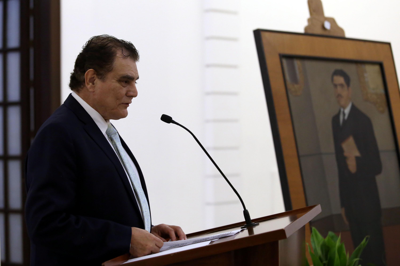 Un hombre hablando al micrófono durante la ceremonia en memoria de  Constancio Hernández Alvirde