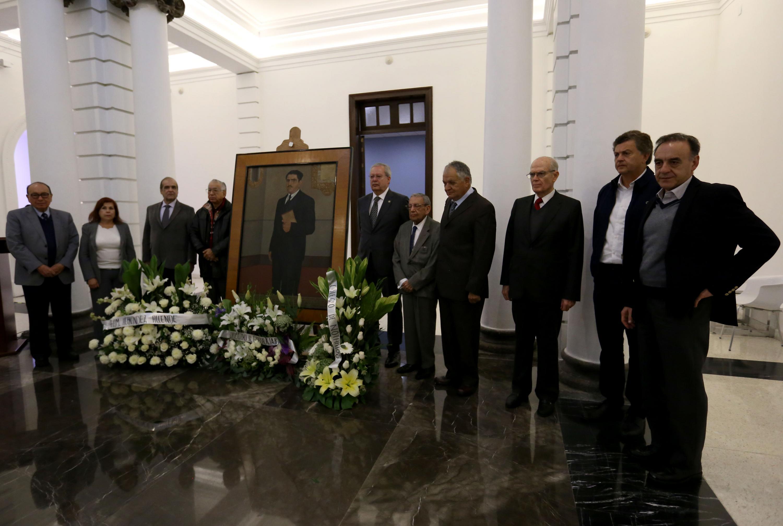 Amigos y familiares haciendo guardia de honor junto al retrato de Constancio Hernandez Alvirde