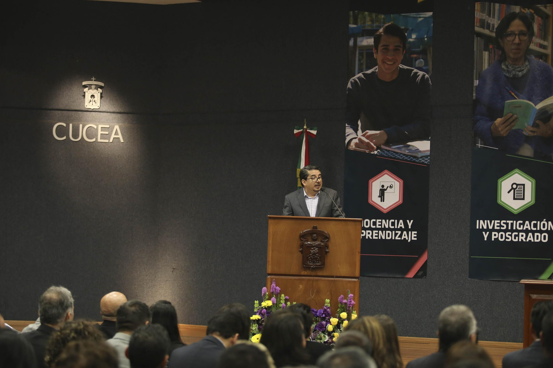 Maestro José Alberto Castellanos Gutiérrez, haciendo uso de la palabra durante su sexto informe de actividades.