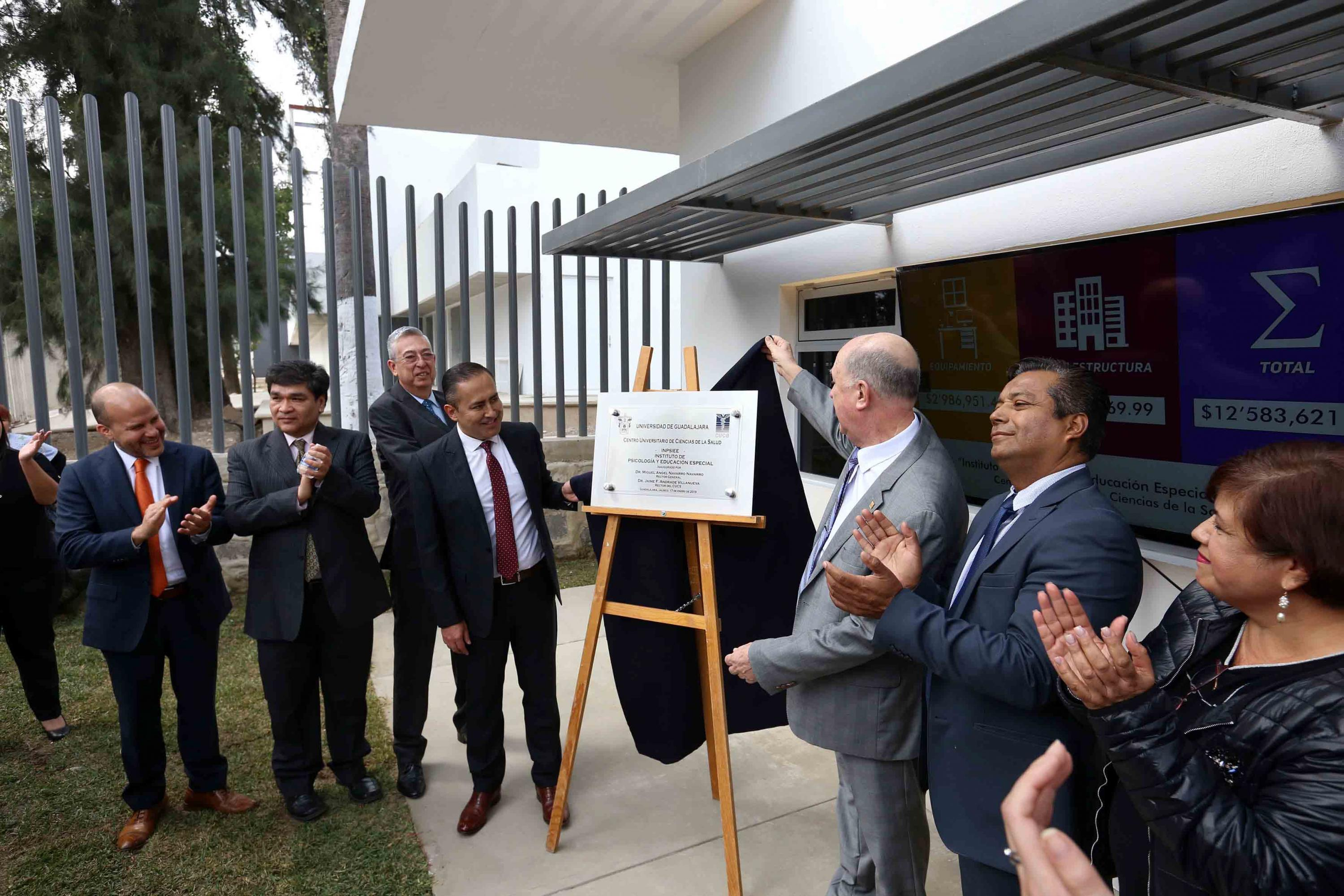 El Rector General devela la placa del espacio inaugurado