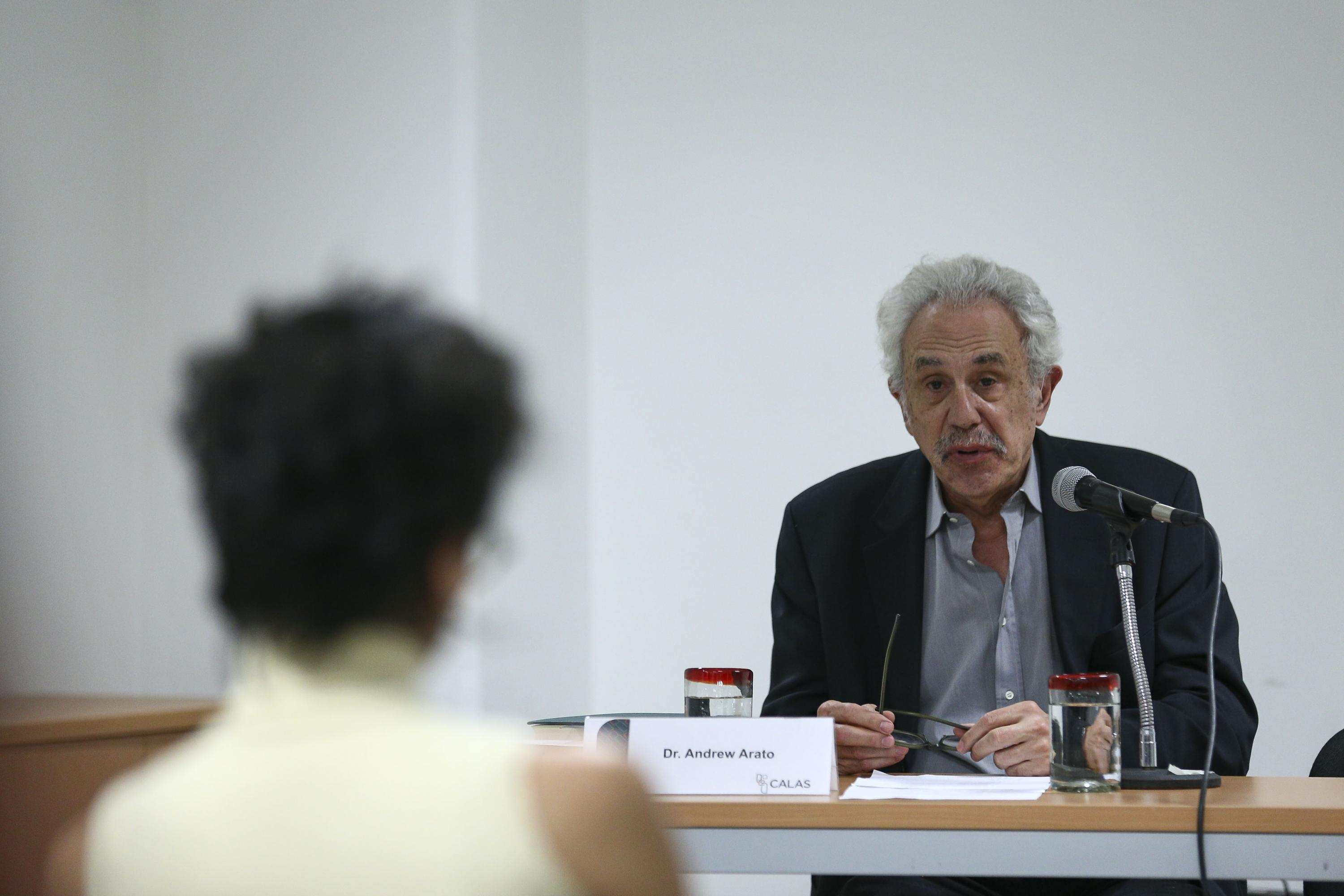 Profesor de Teoría Política y Social, del Departamento de Sociología de The New School for Social Research, en Nueva York, doctor Andrew Arato, hablando frente al micrófono durante la conferencia magistral