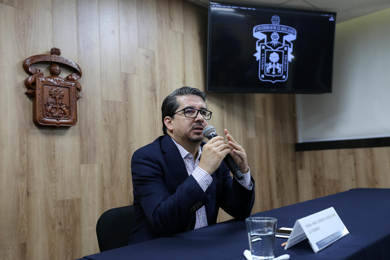Alberto Castellanos , rector del CUCEA hablando en la sala de prensa de la Universidad