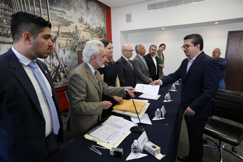 El maestro Jurado Parres recibe los papeles de parte del candidato Alberto Castellanos
