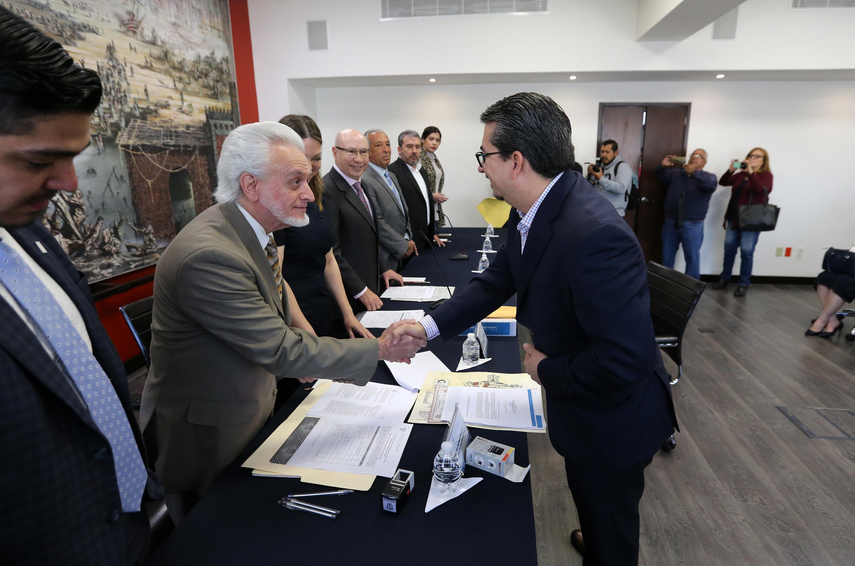 Jurado Parres y Alberto Castellanos estrechan sus manos despues de su registro