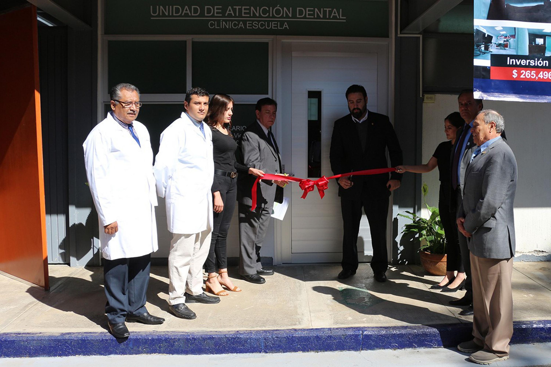 Corte de listón de la nueva clínica escuela de la Unidad de Atención Dental del Centro Universitario del Sur, por parte de autoridades y especialistas del centro universitario.