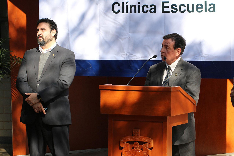 Doctor Húmberto Palos Delgadillo, Secretario Académico; en podium del evento, haciendo uso de la palabra, durante acto inagural.