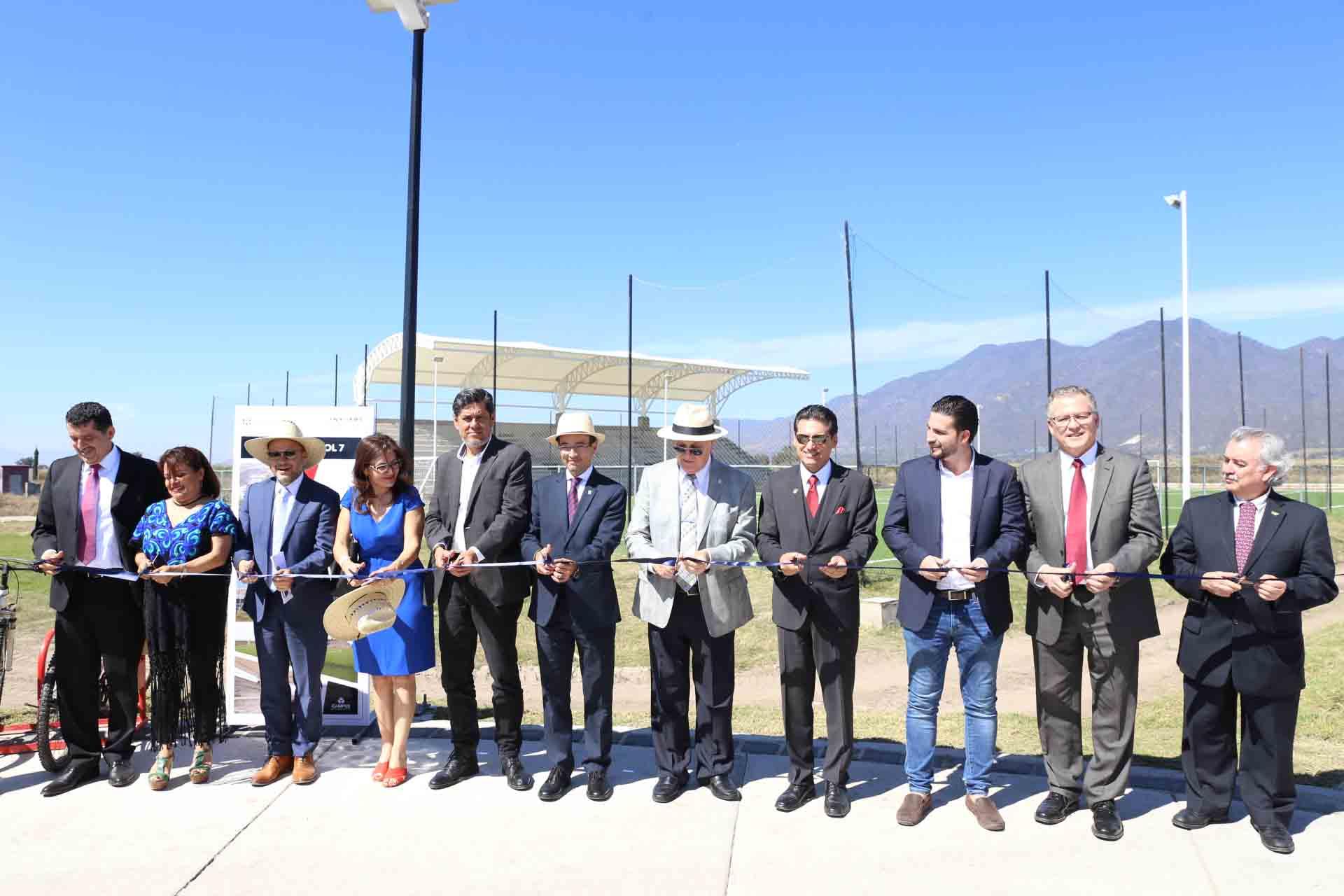 Autoridades de la Universidad de Guadalajara, de gobierno, del centro universitario  y de la región; haciendo el corte de listón de inauguración de diversas obras: el teatro al aire libre, una cancha de futbol, la plaza y el huerto solar.