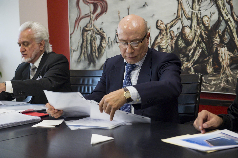 Maestro José Alfredo Peña Ramos, Secretario General de la Universidad de Guadalajara; revisando documentación recibida por aspirantes a la Rectoría General.