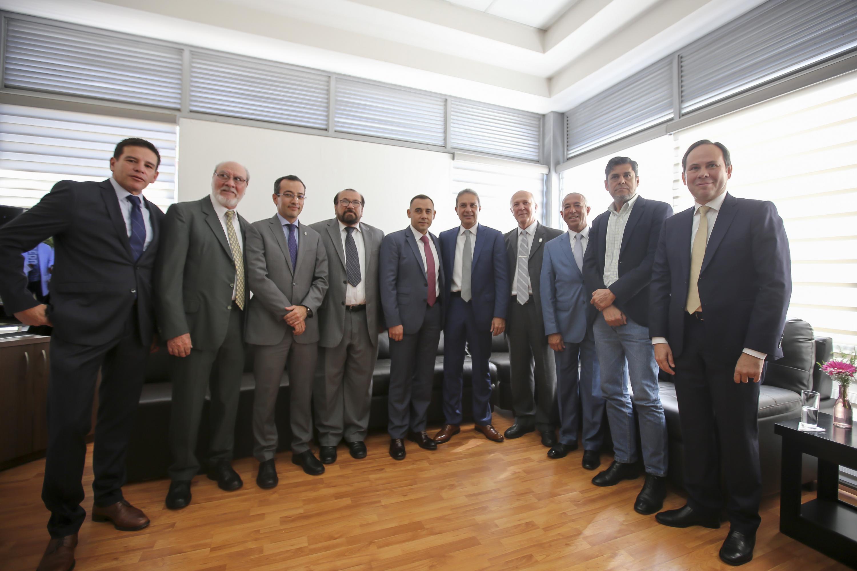 El doctor Ricardo Xicoténcatl García Cauzor con todos los invitados de la mesa de presidium al final en una foto oficial