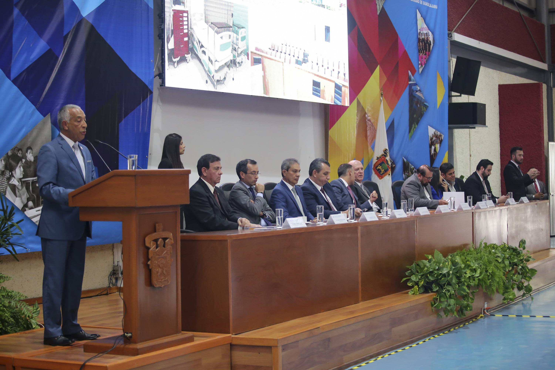 El doctor Ricardo Xicoténcatl García Cauzor habla al publico junto a los miembros del presidium