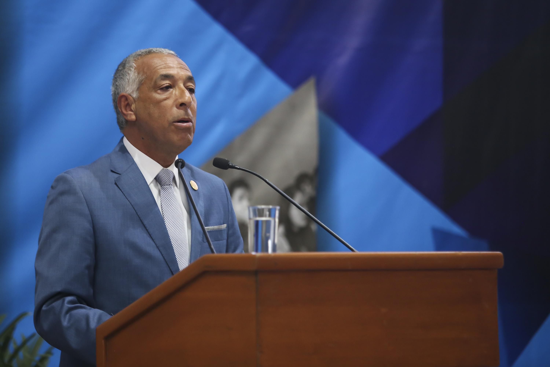 doctor Ricardo Xicoténcatl García Cauzor hablando desde el podium durante la presentacion de su sexto informe