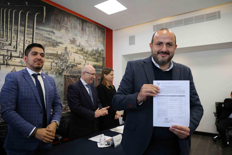 Rector del Centro Universitario de Tonalá (CUTonalá), doctor Ricardo Villanueva Lomelí, mostrando su registro a candidato a Rector general