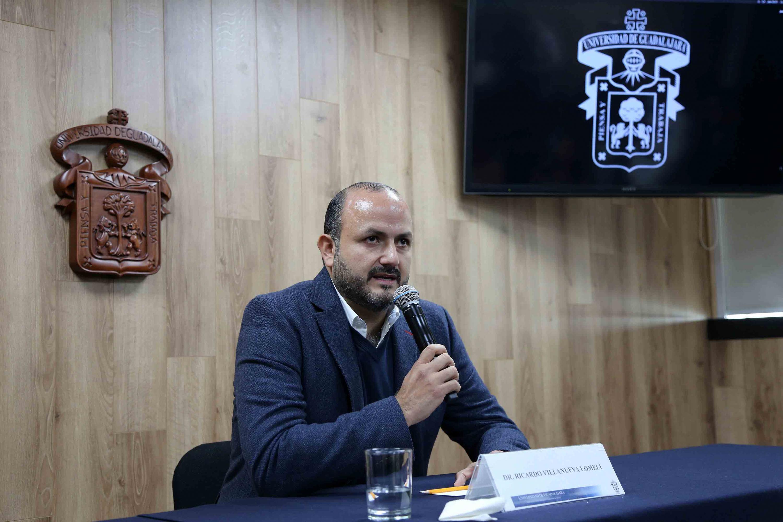 Rector del Centro Universitario de Tonalá (CUTonalá), doctor Ricardo Villanueva Lomelí, hablando frente al micrófono