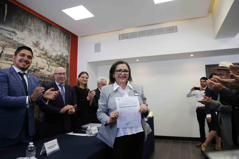 Rectora del Centro Universitario de Ciencias Exactas e Ingenierías (CUCEI), doctora Ruth Padilla Muñoz mostrando su registro a la Rectoría General de la Universidad de Guadalajara para el periodo de 2019 a 2025.