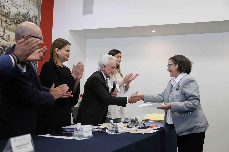 Maestro José Manuel Jurado Parres registrando a la doctora Ruth Padilla Muñoz