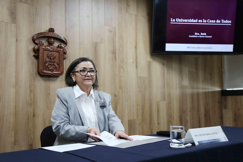 Rectora del Centro Universitario de Ciencias Exactas e Ingenierías (CUCEI), doctora Ruth Padilla Muñoz, hablando frente al micrófono