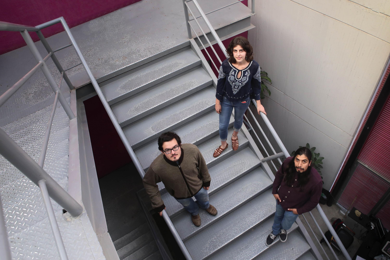Los tres estudiantes fueron fotografiados en las escaleras viendo hacia arriba