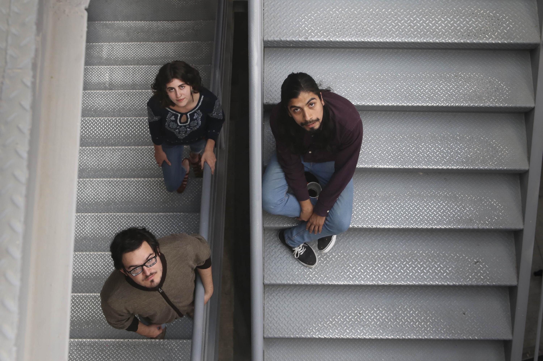 Los dos jovenes y la cineasta fueron fotografiados en las escaleras del  DIS