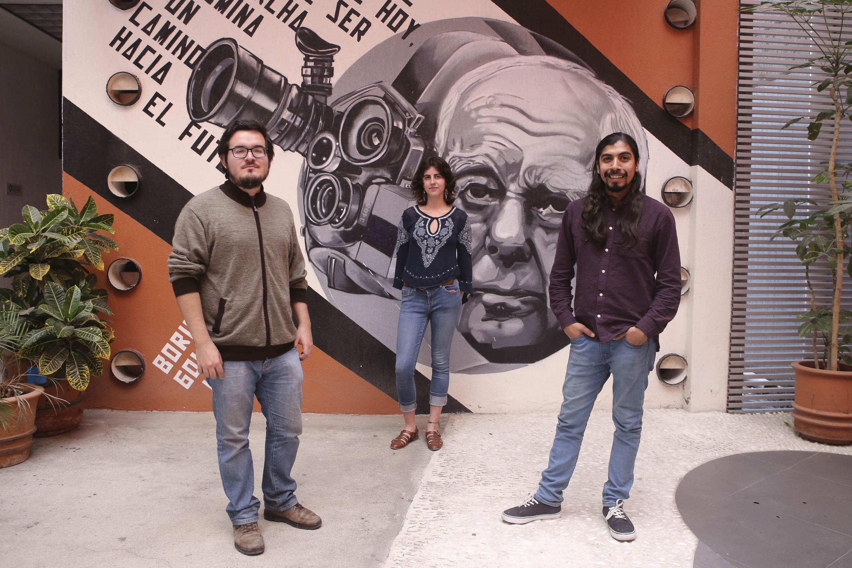 Los tres jovenes estudiantes de cine fueron fotografiados durante su entrevista