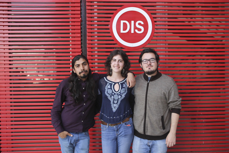 Alejandra Retana del Castillo, César Camacho y César Hernández Orozco posan a la camra afuera del DIS