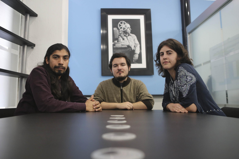 Los tres estudiantes sentados e la sala del DIS UDG