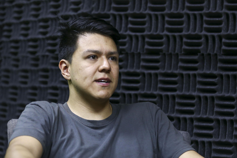 Juan Manuel Salas Valdivia, egresado de la licenciatura en Artes Visuales para la Expresión Plástica, del Centro Universitario de Arte Arquitectura y Diseño y ganador de la terna de Noveles Creadores de la Bienal de Pintura José Atanasio Monroy.