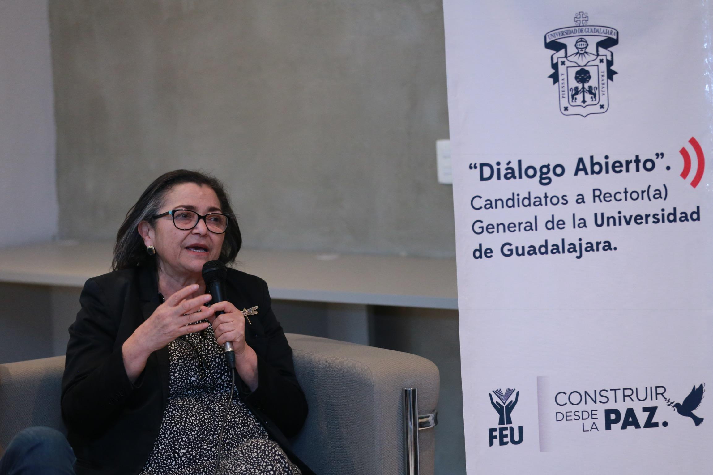 la doctora Ruth Padilla Muñoz respondió todas las preguntas que realizó la comunidad estudiantil