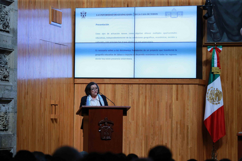 Doctora Ruth Padilla Muñoz, candidata a la Rectoría General de la Universidad de Guadalajara (UdeG), haciendo uso de la palabra