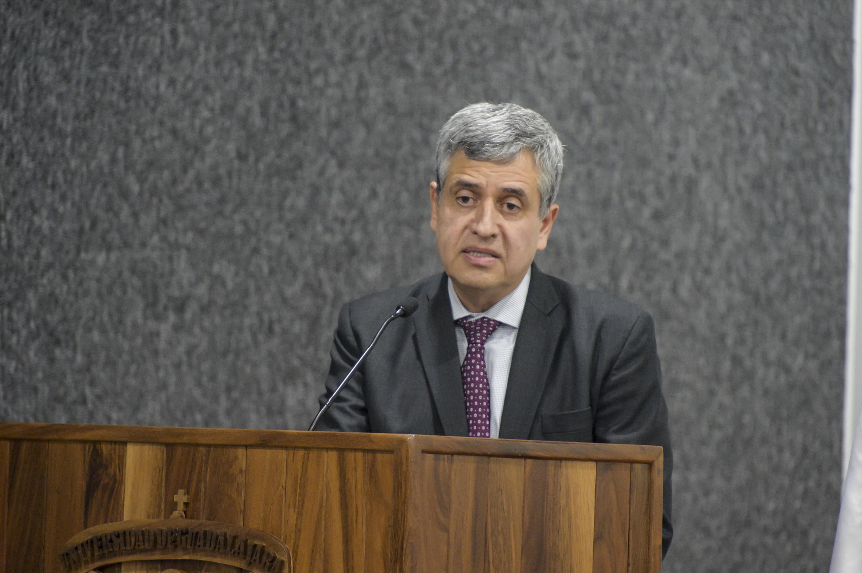 Doctor Héctor Raúl Solís Gadea, Rector del CUCSH; en podium del evento, haciendo uso de la palabra, durante sexto informe de actividades.
