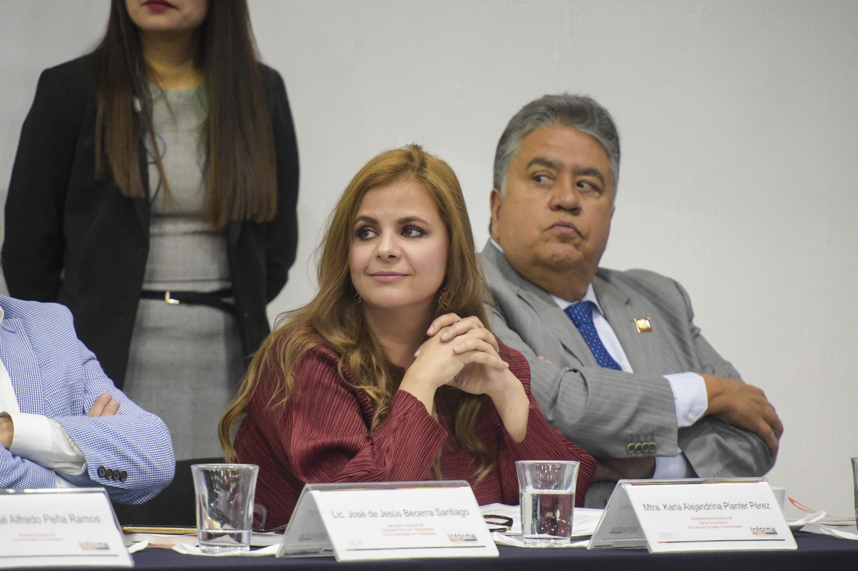 Maestra Karla Alejandrina Planter Pérez, Secretario Administrativo de CUCSH, integrante del panel en el sexto informe de actividades del Rector del Centro Universitario.