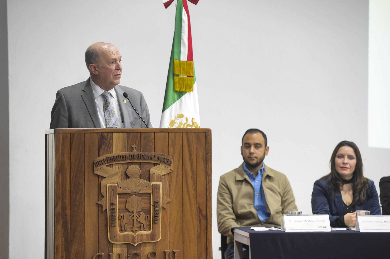 Doctor Miguel Angel Navarro Navarro, Rector General de la Universidad de Guadalajara; en podium del evento, haciendo uso de la palabra; durante el sexto informe de actividades del  Rector del CUCSH.