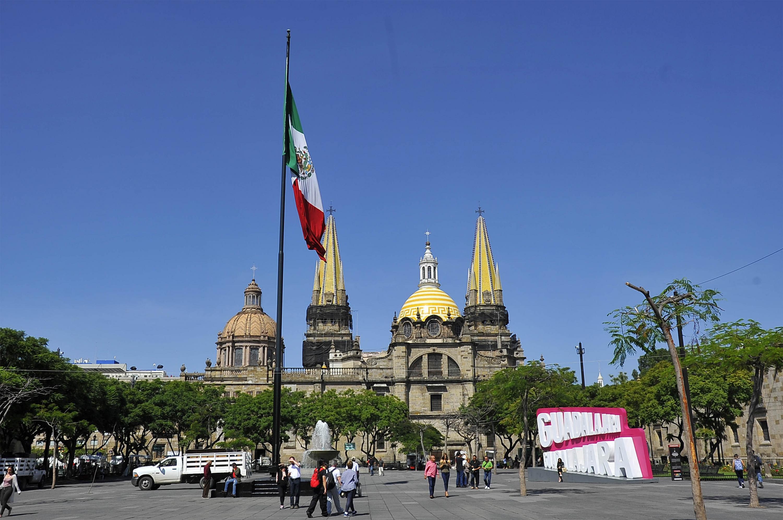 Las torres de catedral de Guadalajara vistas desde la Plaza de la Liberación