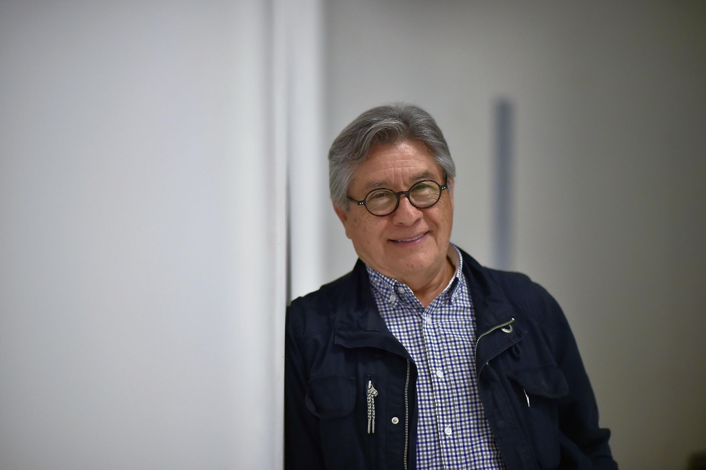 El doctor Daniel González Romero fue retratado en sus oficinas del CUAAD