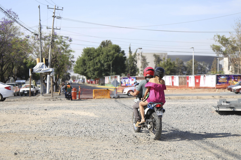Una pareja cruzan el periferico norte en motocicleta en la zona del Complejo Belenes