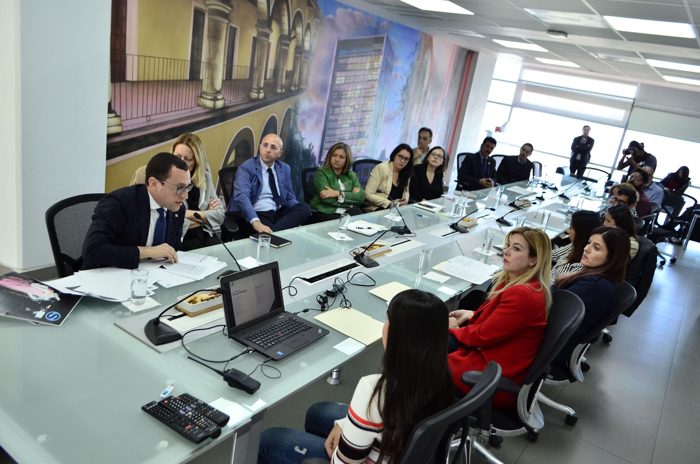 La mesa de la sala de gobierno del CUAAD estuvo llena de autoridades e invitados