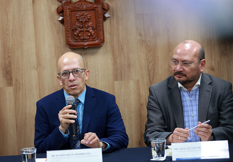 Jefe del Departamento de Proyectos Urbanísticos del CUAAD, doctor Ramón Reyes Rodríguez, haciendo uso de la palabra durante la rueda de prensa
