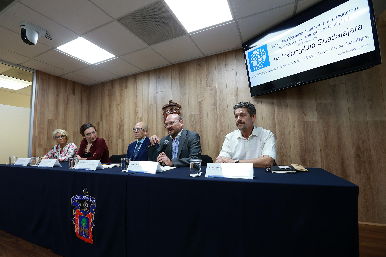 Doctor Saúl Alcántara hablando frente al micrófono