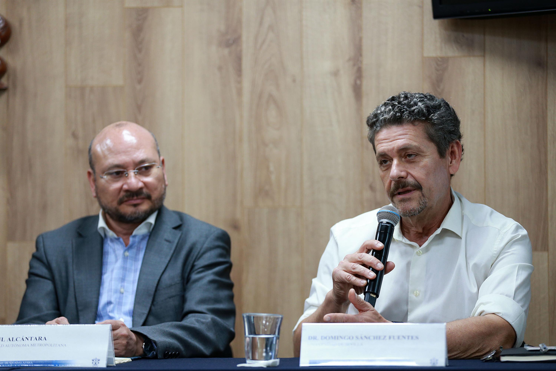 Doctor Domingo Sánchez Fuentes, de la Universidad de Sevilla, participando en la rueda de prensa