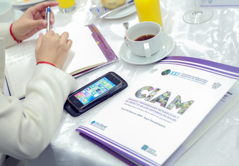 El programa impreso del CIAM en la mesa de uno de los asistentes