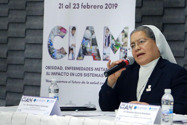 Sor Estela Primero Hernández hablando al micrófono
