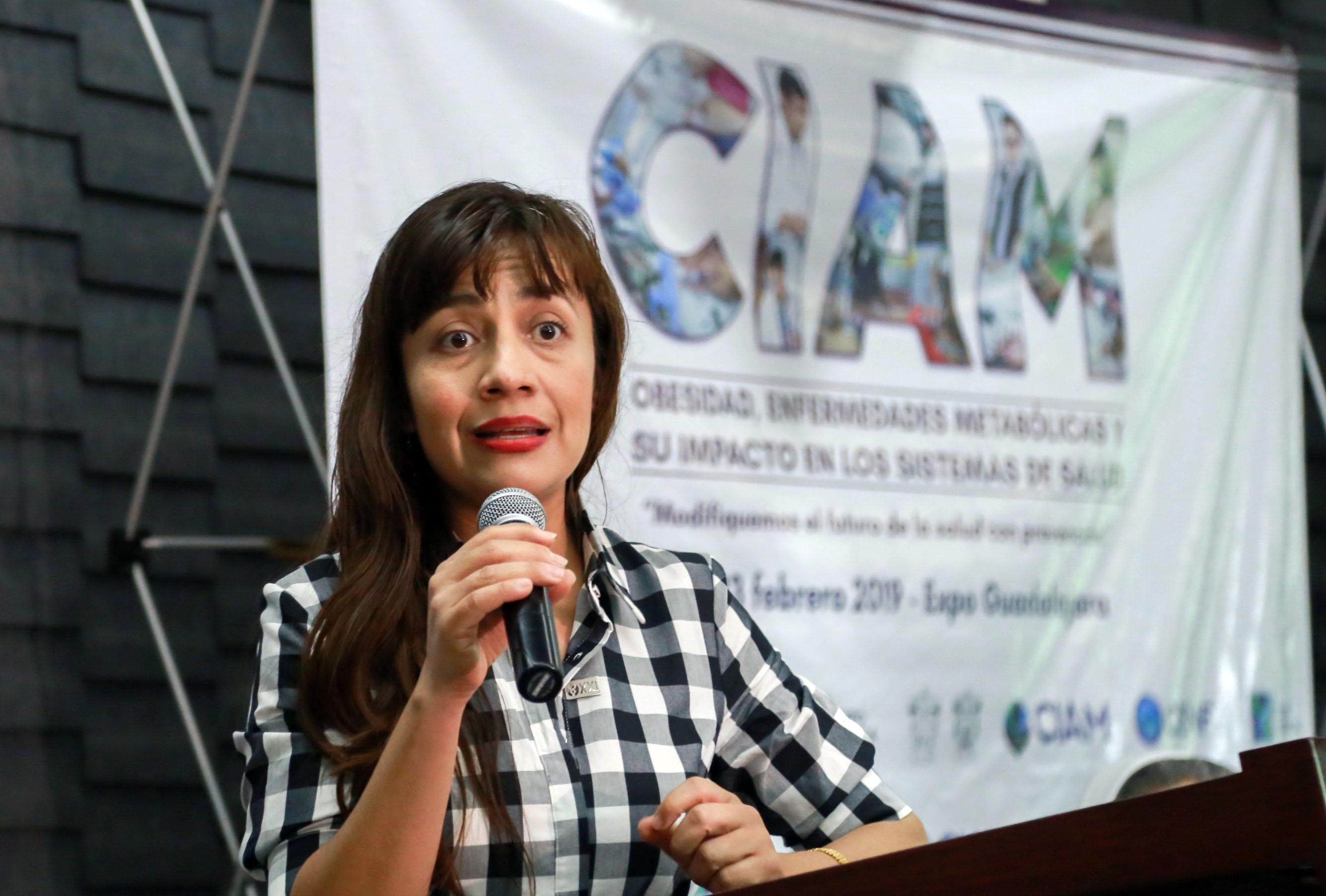 doctora Cecilia del Carmen González Rosales  hablando al micrófono