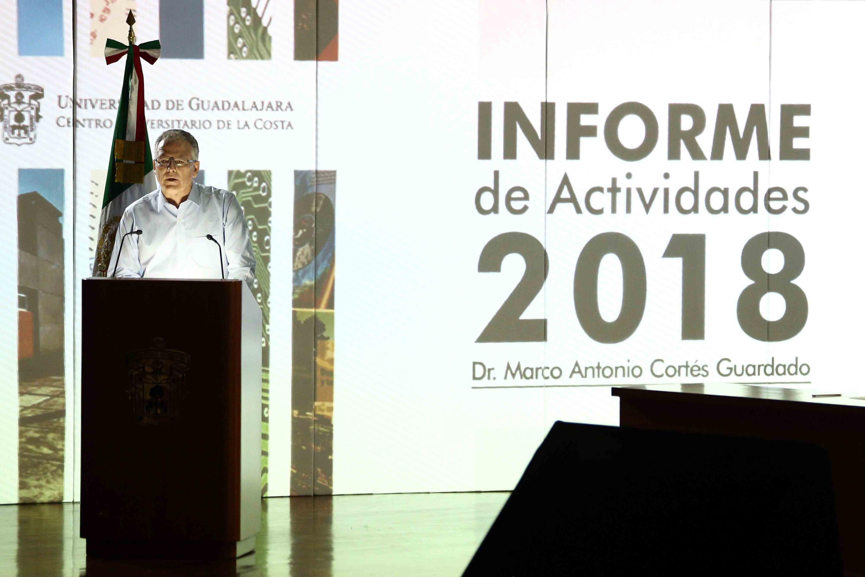 Doctor Marco Antonio Cortés Guardado de pie en la presentación de informe de actividades
