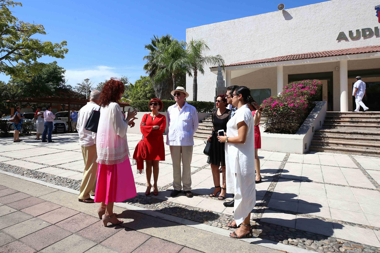El rector general, Dr. Miguel Angel Navarro Navarro afuera del auditorio del CUCOSTA con invitados