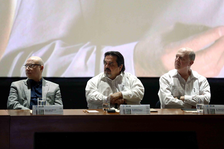 El rector de CUCOSTA escuchando desde su lugar al rector general de la UDG