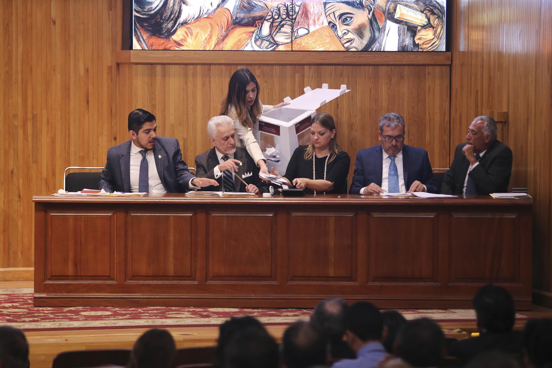 Comisión Especial Electoral, recibiendo las votaciones para definir al nuevo Rector General de la Universidad de Guadalajara.