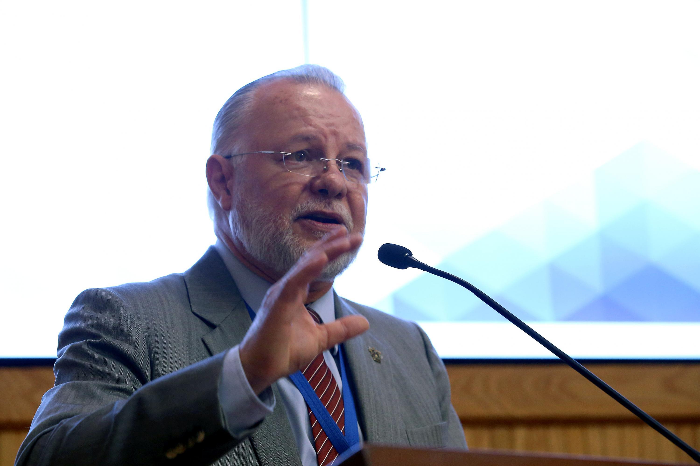 Licenciado José Trinidad Padilla López, Exrector de la UdeG; en podium del evento, haciendo uso de la palabra.