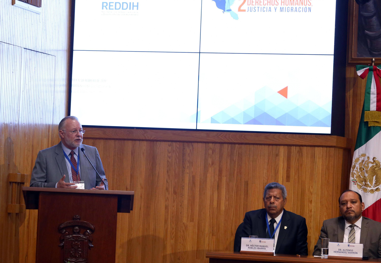 Licenciado José Trinidad Padilla López, Exrector de la UdeG; en podium del evento, haciendo uso de la palabra, previo al segundo Congreso Internacional de Derechos Humanos, Justicia y Migración.