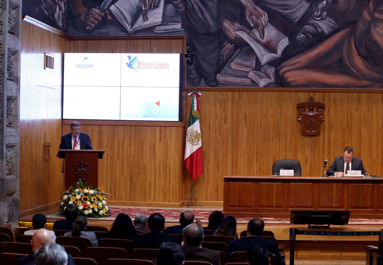 Doctor Raúl Benítez Manaut, investigador de la UNAM; en podium del evento, haciendo uso de la palabra.